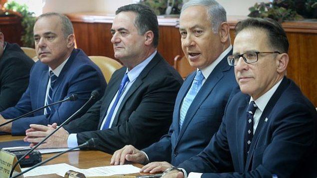 رئيس الوزراء بنيامين نتنياهو (الثاني من اليمين) يترأس الاجتماع الأسبوعي لمجلس الوزراء في مكتب رئيس الوزراء في القدس، في 12 سبتمبر 2018. (Marc Israel Sellem / POOL)