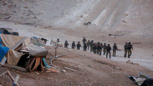 قوات الأمن الإسرائيلية أثناء هدم مقطورات احتجاجية بالقرب من قرية خان الأحمر البدوية في الضفة الغربية في 13 سبتمبر 2018. (Wisam Hashlamoun/Flash90)