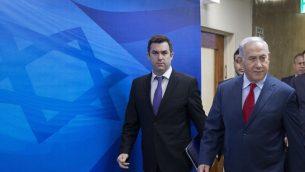 ديفيد كيز (يسار)، يرافق رئيس الوزراء بنيامين نتنياهو إلى الاجتماع الأسبوعي لمجلس الوزراء في مكتب رئيس الوزراء في القدس في 11 مارس، 2018. (AP Photo/Oded Balilty, pool)