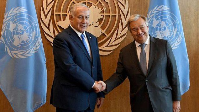 رئيس الوزراء بنيامين نتنياهو (إلى اليسار) والأمين العام للأمم المتحدة أنطونيو غوتيريس (إلى اليمين) في نيويورك، 27 سبتمبر 2018. (Avi Ohayon/GPO)