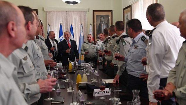 رئيس الوزراء بنيامين نتنياهو في نخب لرأس السنة اليهودية مع كبار مسؤولي الدفاع في مقر وزارة الدفاع في تل أبيب في 6 سبتمبر 2018. (Kobi Gideon/GPO)