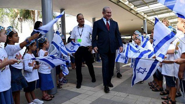 رئيس الوزراء بينيامين نتنياهو يزور مدرسة في بلدة ياد بينيامين في اليوم الأول من العام الدراسي، 2 سبتمبر، 2018.  (Avi Ohayon/GPO)