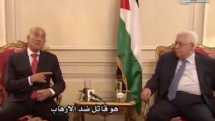 رئيس الوزراء السابق إيهود أولمرت يلتقي برئيس السلطة الفلسطينية محمود عباس في باريس، 21 سبتمبر 2018 (YouTube screenshot)
