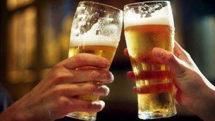 كأسين من البيرة.  (Wikimedia Commons via JTA)