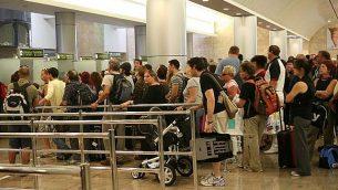 أشخاص يقفون في طابور للخضوع لمراقبة الجوازات في مطار بن غوريون الدولي في إسرائيل. (Yossi Zamir/Flash90)
