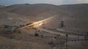 القوات الإسرائيلية تقوم بهدم خمس مباني من الصفيح تم تشييدها خارج قرية الخان الأحمر البدوية في وسط الضفة الغربية، في ما تزعم إسرائيل بأنه بناء غير قانوني، 13 سبتمبر، 2018. (منسق أنشطة الحكومة في الأراضي)