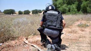 خبير متفجرات من الشرطة يفكك قنبلة تط اطلاقها بواسطة بالونات وسقطت داخل بلدة كيريات جت في جنوب اسرائيل، 14 سبتمبر 2018 (Israel Police)