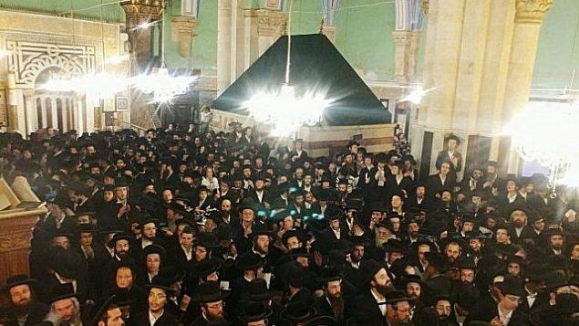 آلاف اليهود المتدينين في زيارة إلى موقع 'قبر البطاركة' المقدس في مدينة الخليل في الضفة الغربية، 17 سبتمبر، 2018. (Israel Defense Forces)