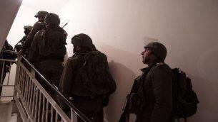 جنود اسرائيليون يجهزون منزل المعتدي الفلسطيني عبد الرحم بني فضل للهدم في قرية عقربا في شمال الضفة الغربية، 19 مارس 2018 (Israel Defense Forces)