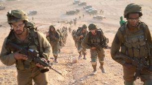 مظليون يشاركون بتدريب عسكري يحاكي الحرب مع تنظيم حزب الله اللبناني، سبتمبر 2018 (Israel Defense Forces)