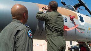يشارك الطيارين والطاقم الذين شاركوا في تفجير المفاعل النووي السوري عام 2007 في دير الزور في احتفال مع الطائرات التي شاركت في العملية، في 6 سبتمبر 2018 في قاعدة حتسيريم الجوية في جنوب إسرائيل. (وحدة المتحدث باسم الجيش الإسرائيلي)