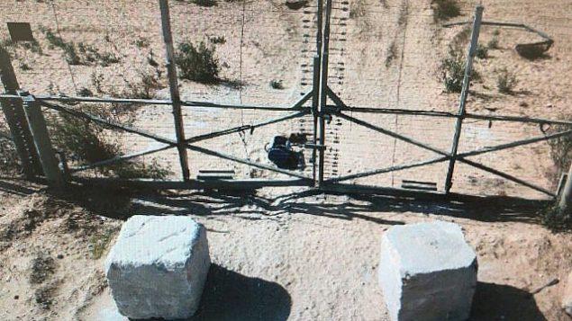 عبوة ناسفة تم وضعها عند السياج الحدودي في جنوب غزة من قبل فلسطينيين قبل وقت قصير من إبطال مفعولها من قبل الجيش الإسرائيلي في انفجار متحكم به في 13 سبتمبر، 2018. (Israel Defense Forces)