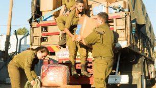 جنود اسرائيليون يفككون 'عملية حسن الجيار' التي ساعدت الاف السوريين بعد سيطرة قوات الرئيس السوري بشار الاسد على المنطقة المحاذية لإسرائيل، سبتمبر 2018 (Israel Defense Forces)