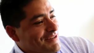 المرشح في الانتخابات البلدية في البيرو، هتلر ألبا سانشيز. (YouTube screenshot)