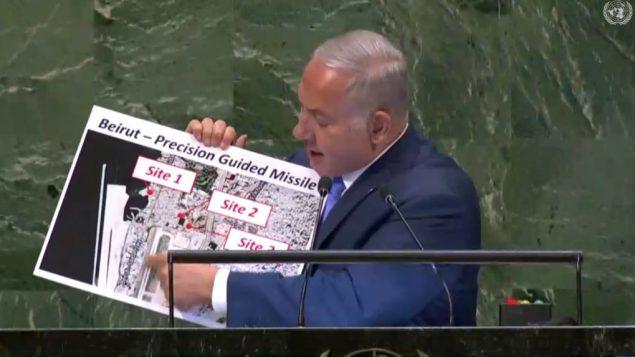 رئيس الوزراء بينيامين نتنياهو يعرض صورة لما قال انها مواقع تابعة لتنظيم حزب الله اللبناني بالقرب من بيروت، خلال خطابه أمام الجمعية العامة للأمم المتحدة في نيويورك، 27 سبتمبر، 2018 (United Nations)