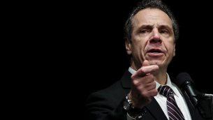 حاكم ولاية نيويورك، أندرو كومو، يلقي كلمة في تجمع لنقابة عمال الرعاية الصحية في المسرح في ماديسون سكوير غاردن، 21 فبراير، 2018 في مدينة نيويورك. (Photo by Drew Angerer/Getty Images/via JTA)