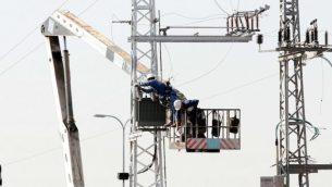 صورة توضيحية لأسلاك الشبكة الكهربائية.  ( Roni Schutzer/Flash 90)