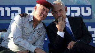 رئيس أركان الجيش الإسرائيلي آنذاك الجنرال بيني غانتس (يسار) مع رئيس الوزراء بنيامين نتنياهو في حفل للقوات البحرية في 11 سبتمبر 2013. (AP Photo: Dan Balilty)