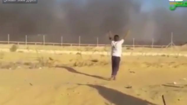 لقطة شاشة من مقطع فيديو يظهر فتى فلسطيني (16 عاما) يتعرض لإطلاق النار في الوقت الذي كانت يديه مرفوعتين في الهواء، 8 سبتمبر، 2018.  (Screenshot)