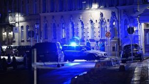 قوات الشرطة تصل إلى كنيس تعرض لهجوم في مدينة غوتنبرغ السويدية، 9 ديسمبر، 2017. (Adam Ihse/AFP/Getty Images/via JTA)