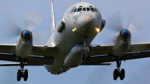 طائرة عسكرية روية من طراز 'ايل-20' تهبط في قاعدة 'كوبينكا' الجوية، 3 يونيو 2011 (Artyom Anikeev/iStock/Getty Images)