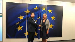 رئيس 'القائمة (العربية) المشتركة'، عضو الكنيست أيمن عودة، من اليسار، مع وزيرة خارجية الإتحاد الأوروبي، فيديريكا موغيريني، في بروكسل، 4 سبتمبر، 2019. (courtesy Joint List)