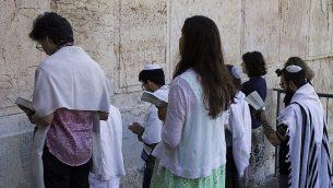 صورة ملف: يهود محافظون يصلون في قوس روبنسون في القدس، 30 يوليو 2014. (Robert Swift / Flash90 / عبر JTA)