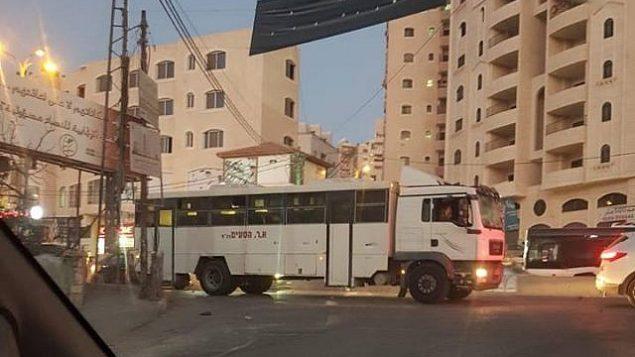 حافلة عسكرية إسرائيلية تدخل عن طريق الخطأ مخيم قلنديا شمال القدس في وسط الضفة الغربية، 16 سبتمبر، 2018. (Twitter)