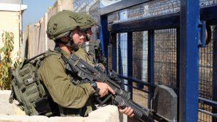 جنود اسرائيليون يراقبون معبر القنيطرة الحدودي بين اسرائيل وسوريا في مرتفعات الجولان، 27 سبتمبر 2018 (Judah Ari Gross/Times of Israel)