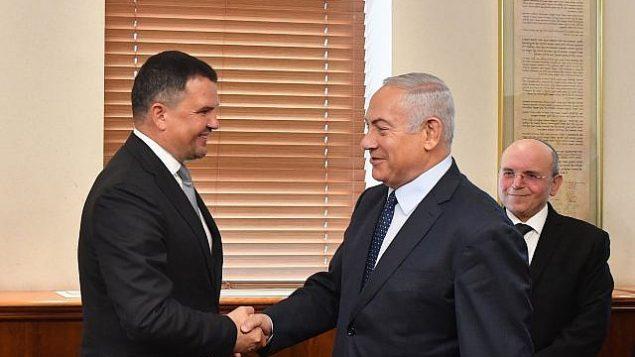رئيس الوزراء بينيامين نتنياهو، من اليمين، يلتقي بنائب رئيس الوزراء الروسي مكسيم أكيموف، 9 أكتوبر، 2018.  (Kobi Gideon/GPO)