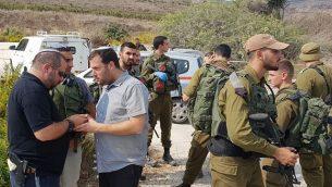 رئيس المجلس الإقليمي يوسي دغان (الثالث من اليسار) في موقع هجوم طعن في شمال الضفة الغربية، 11 أكتوبر، 2018.  (Roi Hadi)