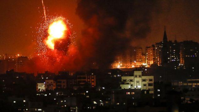 صورة توضيحية: النيران تتصاعد من مباني في اعقاب غارة جوية اسرائيلية في مدينة غزة، 8 اغسطس 2018 (AFP PHOTO / MAHMUD HAMS)