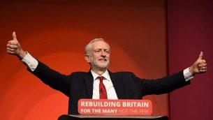 زعيم حزب العمل المعارض البريطاني جيريمي كوربين يشير بعلامة تشجيع عندما كان يخاطب المندوبين في اليوم الأخير لمؤتمر حزب العمل في ليفربول في 26 سبتمبر 2018. (AFP PHOTO / Oli SCARFF)