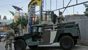 القوات اللبنانية تحرس مدخل استاد العهد في الضاحية الجنوبية في بيروت، خلال جولة نظمها وزير الخارجية اللبناني لسفراء في مواقع بأنحاء العاصمة اللبنانية، بمحاولة لتبديد الاتهامات الإسرائيلية ببيناء حزب الله منشآت سرية فيها، 1 اكتوبر 2018 (AFP/Anwar Amro)