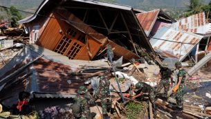 عمال اغاثة اندونيسيون يبحثون عن ناجين في منزل منهار في بالو، مركز سولاويزي، اندونيسيا، في اعقاب زلزال وتسونامي ، 3 اكتوبر 2018 (AFP/Yusuf Wahil)