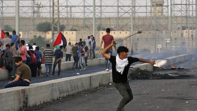 متظاهر فلسطيني يستخدم مقلاع خلال مواجهات عند معبر إيريز بين اسرائيل وشمال قطاع غزة، 3 اكتوبر 2018 (AFP/Said Khatib)