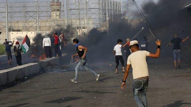 فلسطينيون يتظاهرون عند معبر إيريز بين اسرائيل وشمال قطاع غزة، 3 اكتوبر 2018 (AFP/Said Khatib)