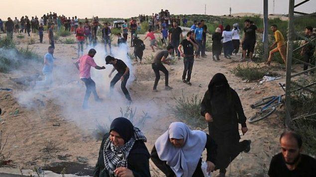 متظاهرون فلسطينيون بين الغاز المسيل للدموع عند معبر إيريز بين اسرائيل وشمال قطاع غزة، 3 اكتوبر 2018 (AFP/Said Khatib)