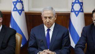 رئيس الوزراء بينيامين نتنياهو يترأس الجلسة الأسبوعية للحكومة في مكتب رئيس الوزراء في القدس، 7 أكتوبر، 2018.  (ABIR SULTAN/AFP)