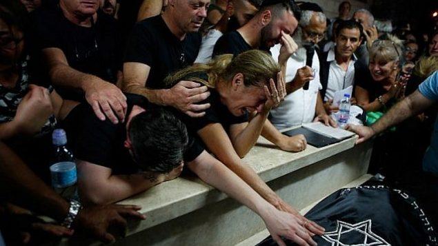 الوالدة حافا والأقارب والأصدقاء في جنازة كيم ليفنغروند يحزكيل (29 عاما)، إحدى الضحيتين الإسرائيليتين في هجوم إطلاق نار نفذه مسلح فلسطيني في وقت سابق من اليوم، 7 أكتوبر، 2018، في روش هعاين.  (AFP PHOTO / Gil COHEN-MAGEN)