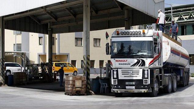 شاحنة تنقل الوقود في محطة الكهرباء في النصيران، في وسط قطاع غزة، 9 أكتوبر، 2018.(AFP/Said Khatib)