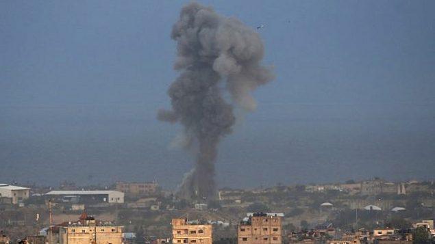 تصاعد الدخان في أعقاب غارة جوية إسرائيل في مدينة رفح جنوب قطاع غزة في 17 أكتوير، 2018. (SAID KHATIB / AFP)