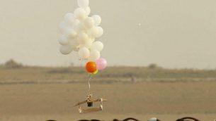 صورة توضيحية: تظهر هذه الصورة التي التقطت في 19 أكتوبر 2018 في ناحال عوز، من الجانب الإسرائيلي من الحدود مع الشمال الشرقي من قطاع غزة، بالونات تحمل جهازًا حارقًا أطلقه المتظاهرون الفلسطينيون. (JACK GUEZ / AFP)