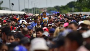 مهاجرون من هندوراس متجهون في قافلة نحو الولايات المتحدة، يتجمعون عند الحدود بين غواتيمالا والمكسيك، 19 اكتوبر 2018 (PEDRO PARDO / AFP)