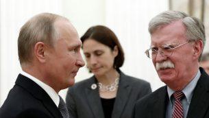 الرئيس الروسي فلاديمير بوين يلتقي بمستشار الامن القومي الامريكي جون بولتون في الكرملين، 23 اكتوبر 2018 (Maxim SHIPENKOV/ POOL/ AFP)