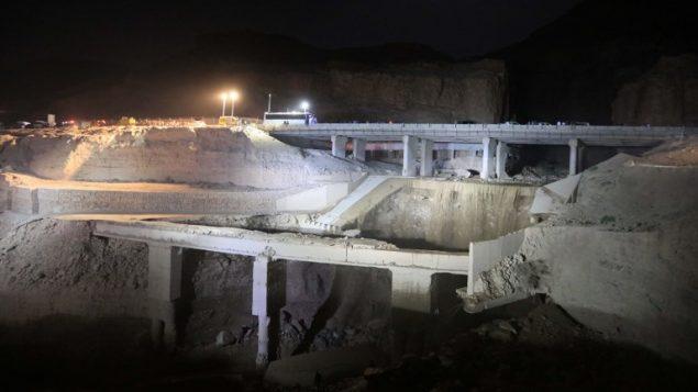 موقع حادث حافلة في منطقة البحر الميت في الاردن حيث جرفتها سيول تسببت بها أمطار غزيرة، 25 اكتوبر 2018 (KHALIL MAZRAAWI / AFP)