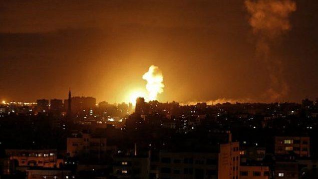 انفجار ناجم عن غارة جوية إسرائيلية في مدينة غزة، 27 أكتوبر، 2018.  (Mahmud Hams/AFP)