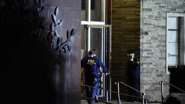 عناصر مكتب التحقيقات الفدرالي الامريكي امام كنيس 'شجرة الحياة' بعد هجوم اطلاق نار راح ضحيته 11 شخصا في بتسبورغ، 27 اكتوبر 2018 (Brendan Smialowski / AFP)