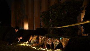 شموع مضاءة امام كنيس 'شجرة الحياة' بعد هجوم اطلاق نار راح ضحيته 11 شخصا في بتسبورغ، 27 اكتوبر 2018 (Brendan Smialowski / AFP)
