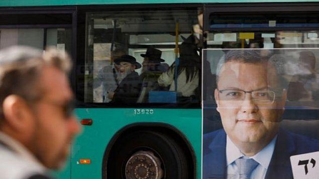ملصق تابع لحملة موشيه ليون المرشح لرئاسة بلدية القدس على جانب حافلة في القدس، 28 اكتوبر 2018 (MENAHEM KAHANA / AFP)
